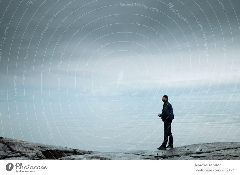 Blicke zum Himmel.... Mensch Mann blau Wasser Meer ruhig Erwachsene Ferne dunkel Küste Traurigkeit Freiheit Horizont Regen Abenteuer Urelemente