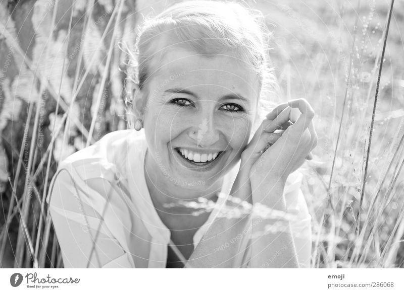 sympa Junge Frau Jugendliche Gesicht 1 Mensch 18-30 Jahre Erwachsene blond Fröhlichkeit schön sympathisch lachen Glück Schwarzweißfoto Außenaufnahme Tag