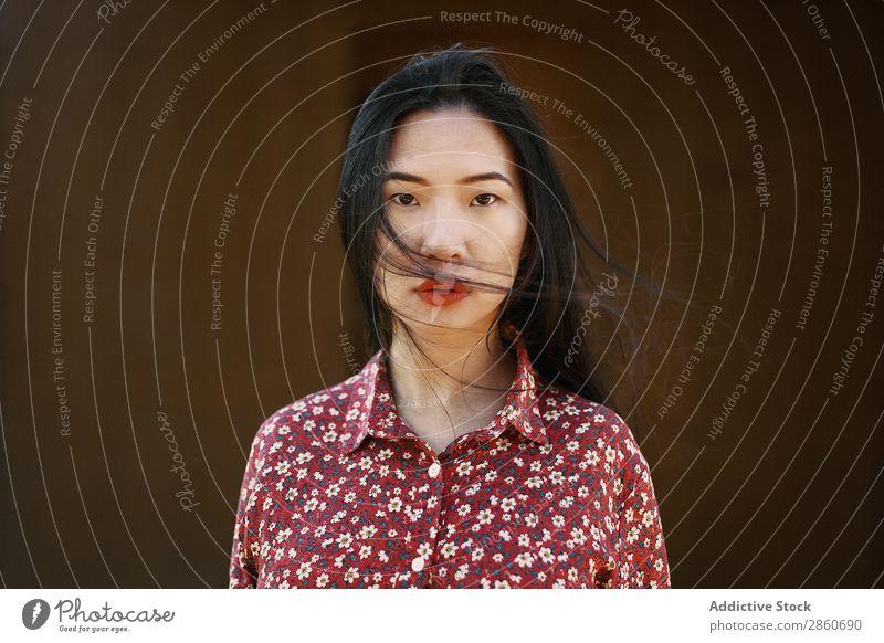 Asiatin schüttelndes Haar Frau Jugendliche attraktiv Kleid rot asiatisch Japaner Behaarung Schütteln Freude brünett schön Beautyfotografie Mensch hübsch Dame