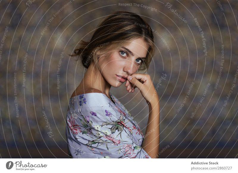 Charmantes blondes Modell?in floralem Kleid Frau ornamental genießen Körperhaltung Angebot träumen berührende Lippen Duft Beautyfotografie zart emotionslos