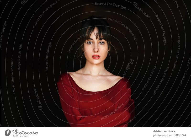 Schönes Tendermodell in rot Frau Kleid genießen brünett Beautyfotografie Mode elegant selbstbewußt verführerisch Wand Versuchung atemberaubend zart emotionslos