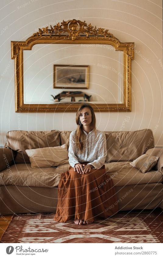 Hübsche Frau auf der Couch sitzend hübsch Jugendliche Liege Sofa heimwärts Spiegel ruhen Erholung Blick in die Kamera schön attraktiv Mensch Beautyfotografie
