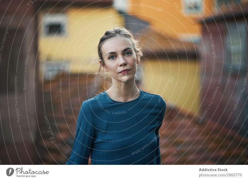 Frau steht am Handlauf in der Stadt hübsch Jugendliche stehen Geländer anlehnen Dach Denken besinnlich schön attraktiv Mensch Beautyfotografie Erwachsene Stil