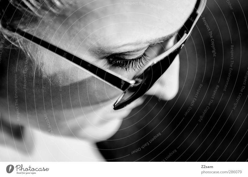 ////// feminin Junge Frau Jugendliche 1 Mensch 18-30 Jahre Erwachsene Sonnenbrille blond Denken Blick träumen Traurigkeit einfach schön natürlich Vorsicht