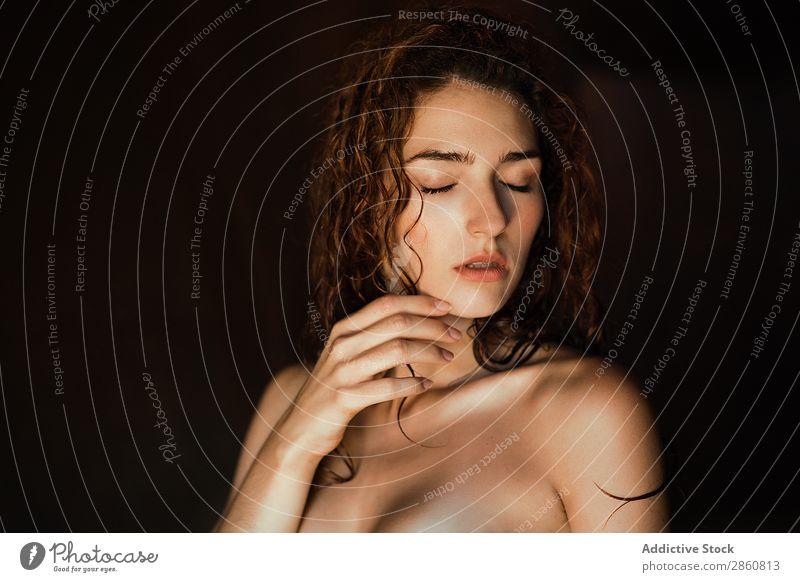 Verführerisches Topless-Modell mit geschlossenen Augen Frau genießen oben ohne berühren schön aufreizend Erotik Kräusel träumen charmant sensitiv