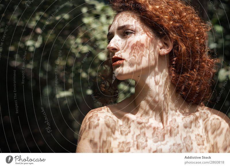 Sinnliches Modell im Schatten der Spitze Frau genießen Hals Brust Haut Angebot zart weich Beautyfotografie rothaarig Kräusel Jugendliche natürlich Körperhaltung