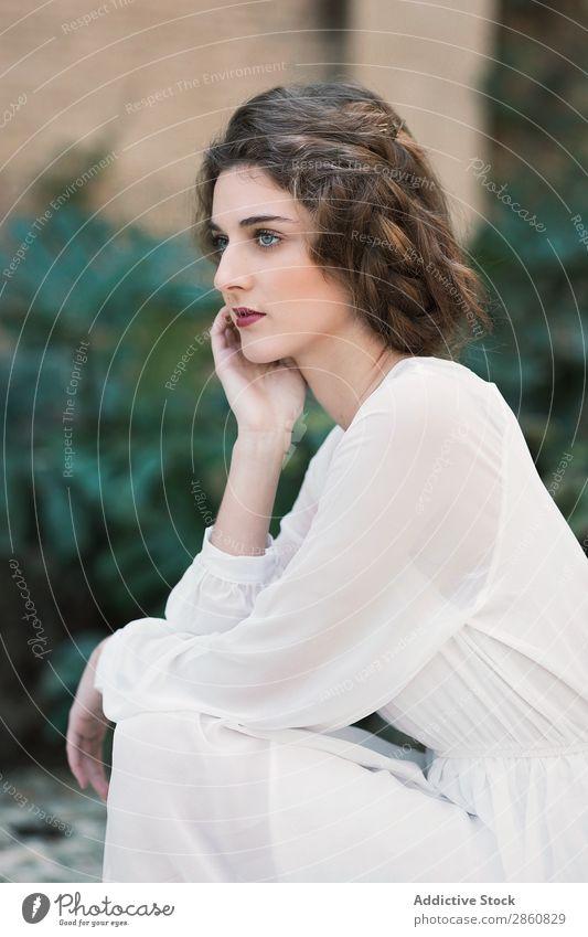 Attraktive Frau im weißen Kleid Jugendliche attraktiv Blick in die Kamera verführerisch anschaulich