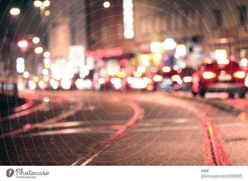 Feierabendverkehr Stadt rot Haus Straße Gebäude PKW warten Verkehr Gleise Verkehrswege Fahrzeug Stadtzentrum Autofahren Personenverkehr Verkehrsmittel