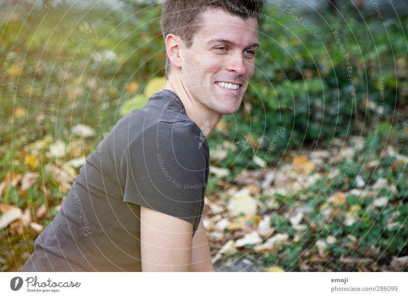 sympa II maskulin Junger Mann Jugendliche 1 Mensch 18-30 Jahre Erwachsene Umwelt Natur kurzhaarig Fröhlichkeit Glück schön lachen Lächeln Farbfoto Außenaufnahme