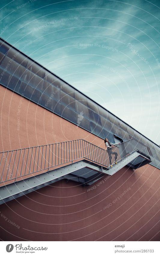 Y 2 Mensch Himmel Natur Jugendliche schön Haus Erwachsene Umwelt Junge Frau Wand Mauer 18-30 Jahre Fassade Treppe hoch Fabrik
