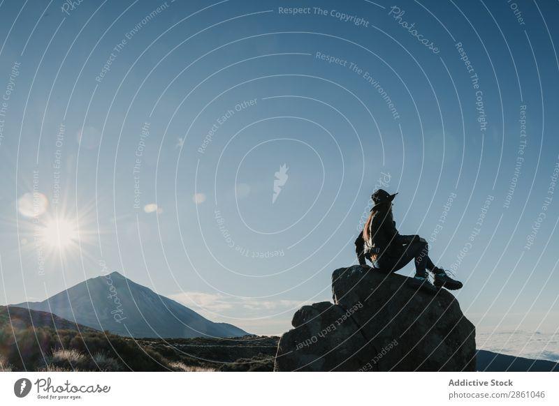 Frau, die auf einem Felsen am Hang sitzt. Natur Ferien & Urlaub & Reisen Hügel Börde Landschaft Tourismus Top Wolkenlandschaft Berge u. Gebirge wandern schön