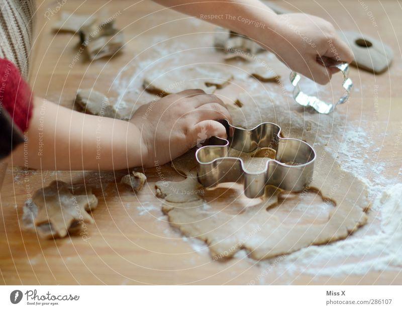 Lebkuchenmann Mensch Kind Weihnachten & Advent Hand Holz Lebensmittel Kindheit Ernährung Kochen & Garen & Backen niedlich süß lecker 8-13 Jahre Kleinkind Backwaren Holztisch