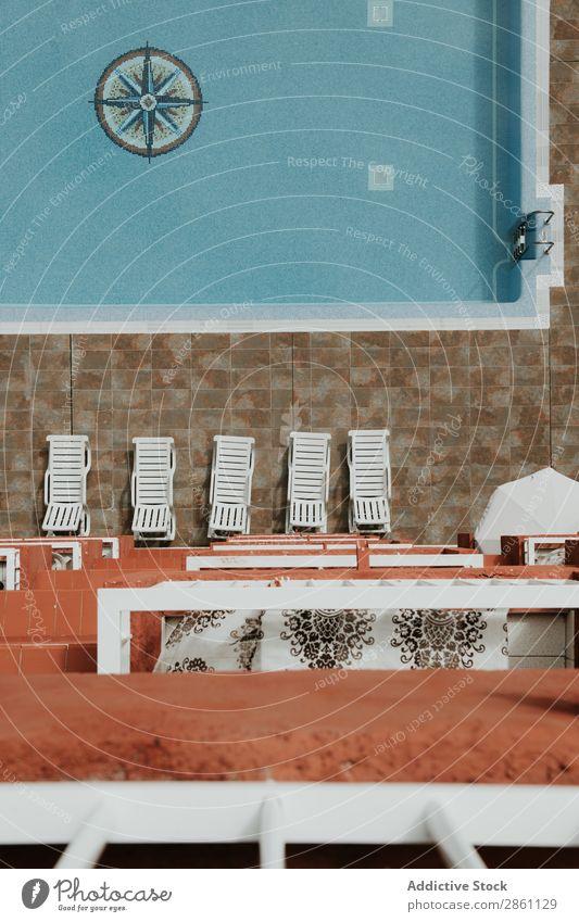 Lounges am blauen Pool Schwimmbad Liegestuhl Hotel Resort Sommer Wasser Ferien & Urlaub & Reisen tropisch Im Wasser treiben Erholung Tourismus Natur Balkon