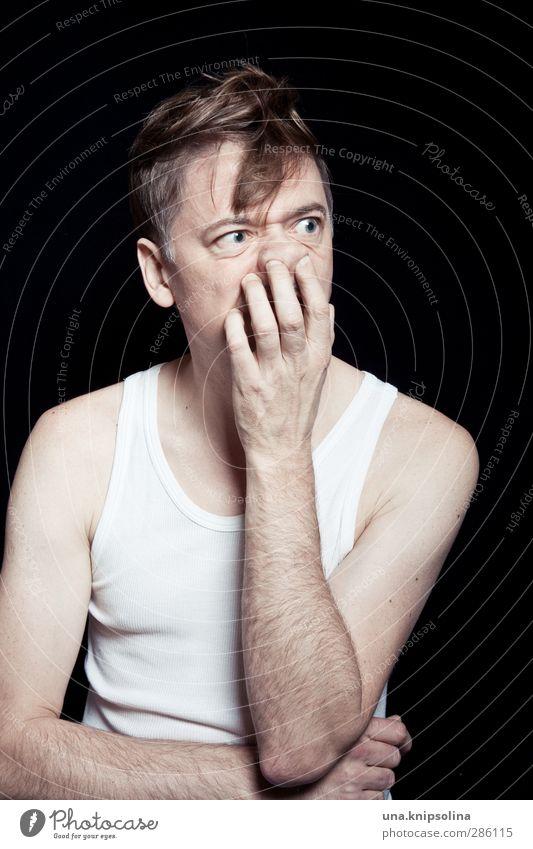 nase bohren 2.0 Mann Erwachsene Gesicht Arme Finger 1 Mensch 30-45 Jahre Unterhemd blond kurzhaarig berühren Denken träumen trashig verrückt popeln
