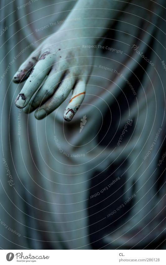 statue Frau blau alt Hand dunkel Tod Senior Traurigkeit Religion & Glaube Stein Arme dreckig Finger Vergänglichkeit Trauer