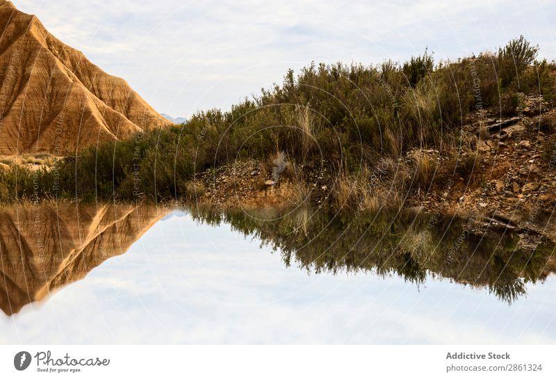 Wasser in der Nähe von steinernen Wüstenhügeln Hügel Berge u. Gebirge Oberfläche bardenas reales Spanien Navarra Waldwiese Schlucht Stein erstaunlich wunderbar