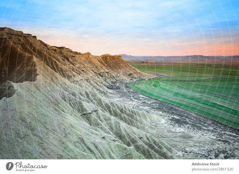 Steinwüstenhügel in der Nähe des grünen Feldes Hügel Berge u. Gebirge Himmel bardenas reales Spanien Navarra Wüste blau Wiese erstaunlich Schlucht wunderbar Tal