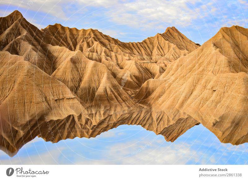 Wasser in der Nähe von steinernen Wüstenhügeln und blauem Himmel Hügel Berge u. Gebirge Oberfläche bardenas reales Spanien Navarra Himmel (Jenseits) Stein