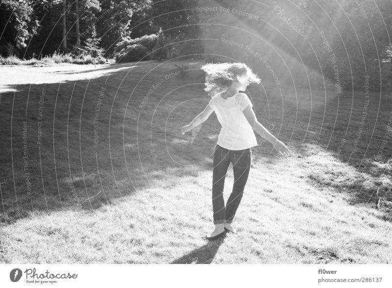 DANCE feminin Mädchen Junge Frau Jugendliche Leben 1 Mensch 13-18 Jahre Kind Schönes Wetter Baum Park Wiese Mode Haare & Frisuren langhaarig Locken drehen