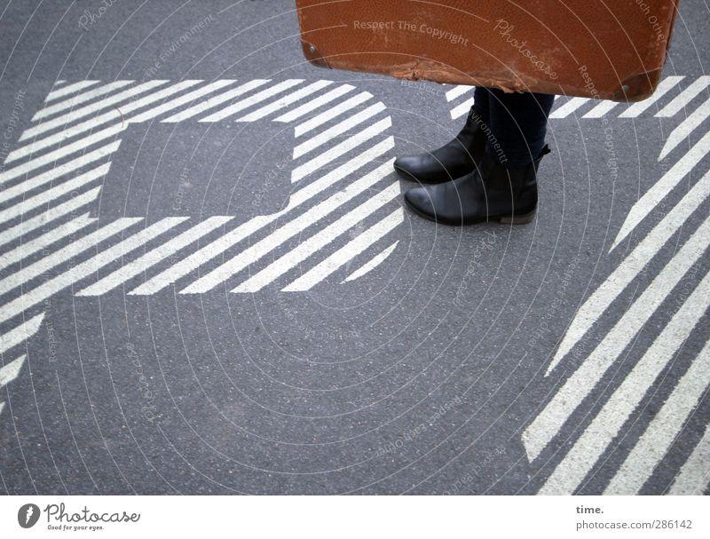 Treffpunkt PZ Fuß 1 Mensch Bodenbelag Asphalt Schuhe Koffer Lederkoffer Zeichen Schriftzeichen Ziffern & Zahlen Hinweisschild Warnschild stehen Erwartung