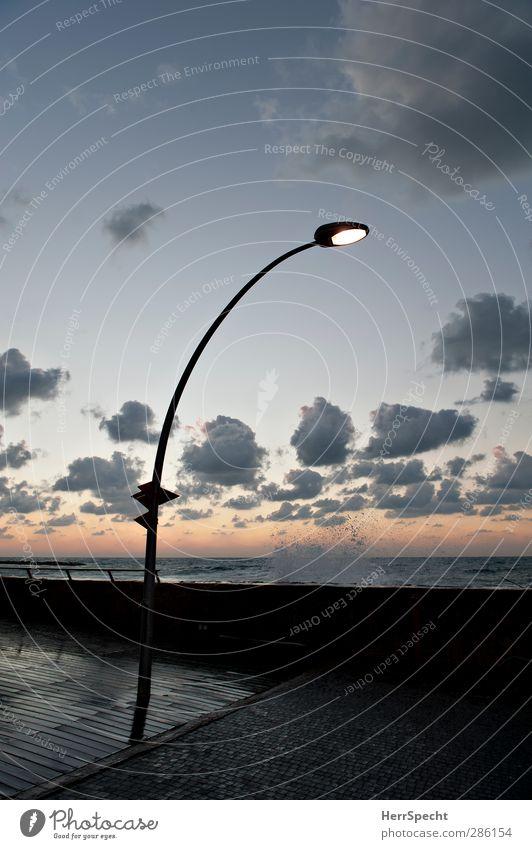 splish splash Himmel Wolken Schönes Wetter Wellen Küste Meer Tel Aviv Israel Hafenstadt ästhetisch schön blau grau Straßenbeleuchtung Wasser Wellengang Gischt