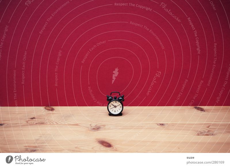 Viel Raum, wenig Zeit Stil Design Uhr Kitsch Krimskrams Holz Zeichen einfach klein lustig niedlich rot Stress Termin & Datum Wecker Zifferblatt Holztisch