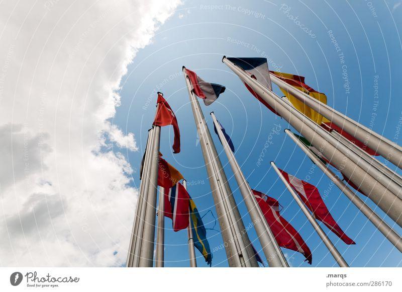 Fähnchen Himmel Ferien & Urlaub & Reisen Wolken Freiheit Business Zusammensein Wind hoch Europa Perspektive viele Zeichen Frieden Fahne Unternehmen Fahnenmast