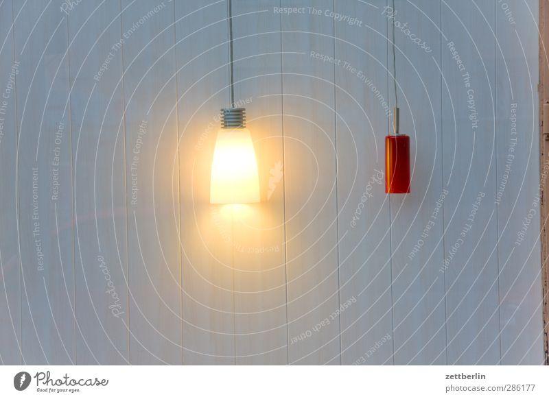 Eine an, eine aus Fenster dunkel Wand Mauer hell Lampe Raum Wohnung Design Häusliches Leben Lifestyle erleuchten Glühbirne Verschiedenheit sparen Auswahl