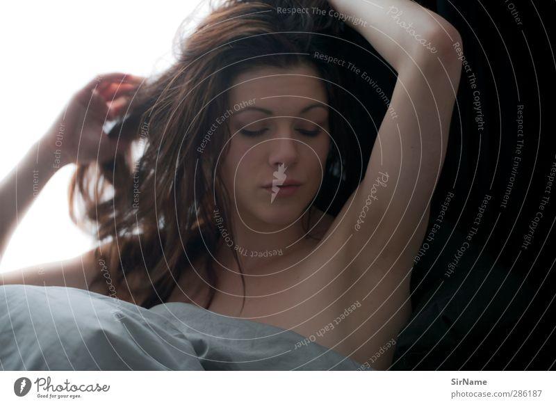 212 [waking up gently] schön Wohlgefühl Erholung Häusliches Leben Bett Schlafzimmer feminin Junge Frau Jugendliche Mensch 18-30 Jahre Erwachsene brünett