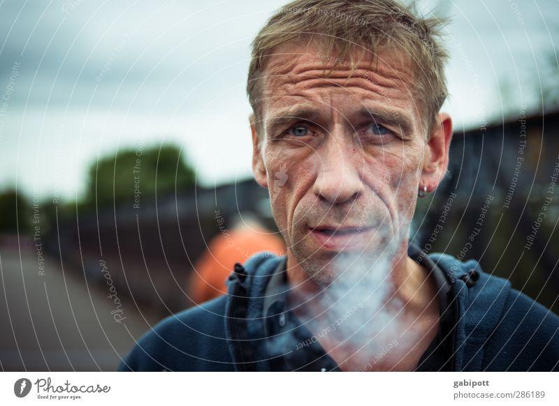 smoke Lifestyle Mensch maskulin Mann Erwachsene 1 45-60 Jahre Rauchen authentisch frei Originalität rebellisch trashig Stadt blau Traurigkeit Sorge Einsamkeit