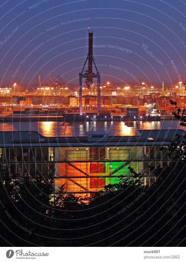 Hamburger Hafen Gegenlicht Licht mehrfarbig Kran Europa Deutschland. Hamburg Elbe Abend Himmel Abenddämmerung Container