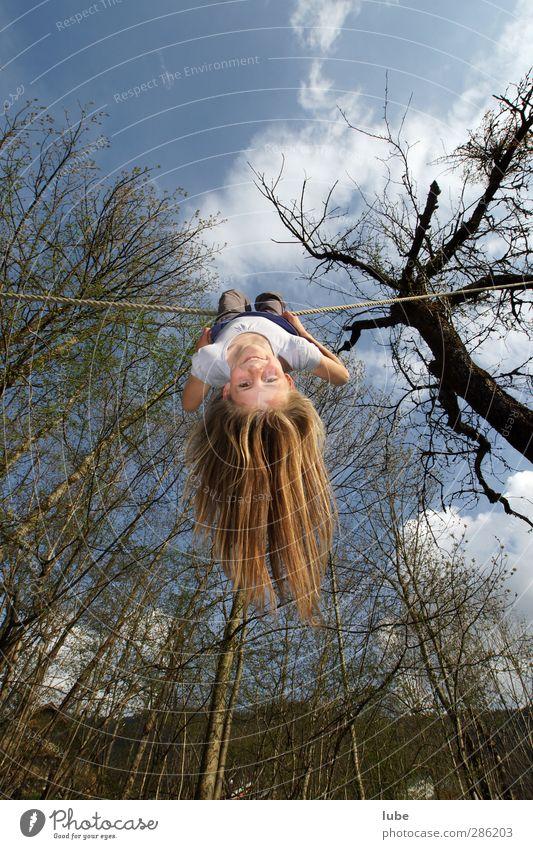 Verkehrte Welt Mensch Kind feminin fliegen Kindheit Geschwindigkeit Fröhlichkeit Fitness Lebensfreude 8-13 Jahre Gleichgewicht Schweben hängen langhaarig