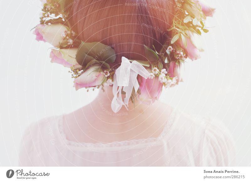 sanft. feminin Junge Frau Jugendliche Haut Kopf Haare & Frisuren Rücken Nacken 1 Mensch 18-30 Jahre Erwachsene Pflanze Blume Rose Blüte Bluse Kopfbedeckung