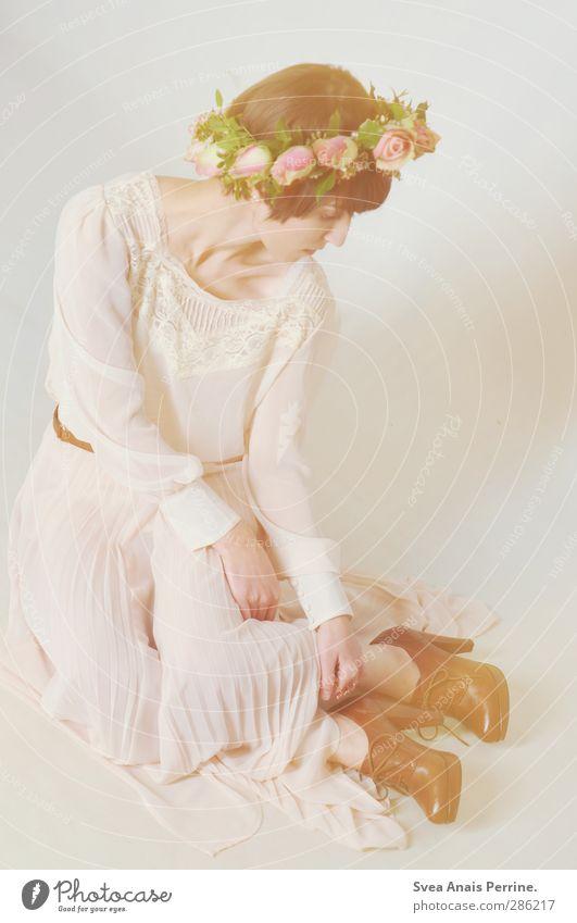zart. Mensch Jugendliche schön Erwachsene Gesicht Junge Frau feminin Haare & Frisuren Blüte Mode 18-30 Jahre rosa Schuhe sitzen Zufriedenheit Bekleidung