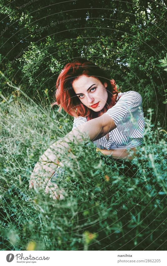 Junge und schöne rothaarige Frau p Lifestyle Stil Haut Gesicht harmonisch Sinnesorgane Erholung ruhig Freiheit Garten Mensch feminin Junge Frau Jugendliche