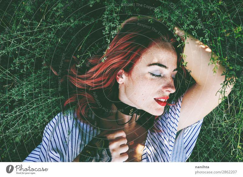 Junge und schöne rothaarige Frau Lifestyle Stil Haut Gesicht Wellness Wohlgefühl Erholung ruhig Freiheit Garten Mensch feminin Junge Frau Jugendliche Erwachsene
