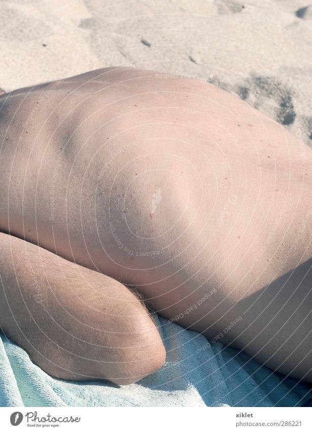 Mensch Jugendliche blau schön weiß Sonne Meer Freude Strand Einsamkeit ruhig nackt Wärme Leben Junger Mann Küste