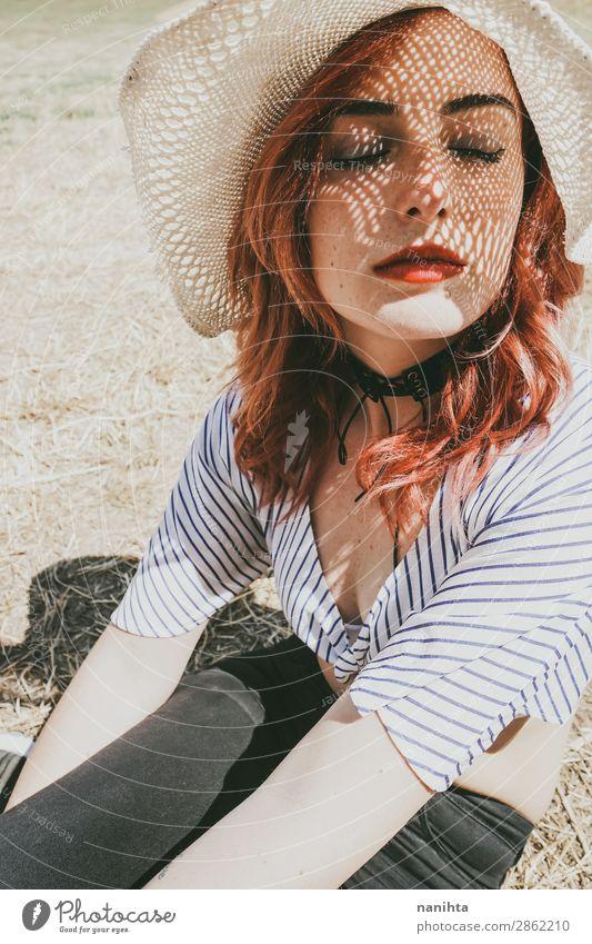 Rothaariges Modell schützt sich vor der Sonne Lifestyle elegant Stil schön Haut Gesicht Kosmetik Sinnesorgane Erholung ruhig Ferien & Urlaub & Reisen Sommer