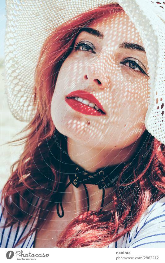 Rothaariges Modell schützt sich vor der Sonne Lifestyle elegant Stil schön Haut Gesicht Kosmetik Gesundheit Wellness Sinnesorgane Erholung
