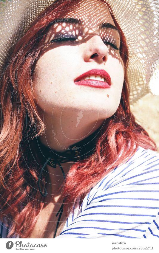 Rothaariges Modell schützt sich vor der Sonne Lifestyle elegant Stil schön Haut Gesicht Kosmetik Gesundheit Gesundheitswesen Wellness Sinnesorgane Erholung