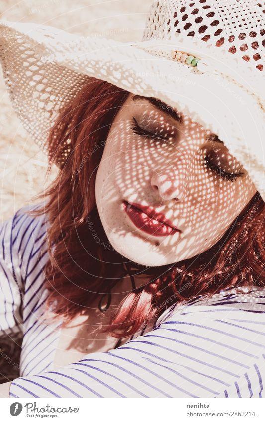 Rothaariges Modell schützt sich vor der Sonne Lifestyle elegant Stil schön Haut Gesicht Kosmetik Gesundheitswesen Wellness Erholung Ferien & Urlaub & Reisen