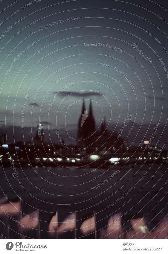 Köln UT 10/12 | Kölner Nächte Stadt Himmel (Jenseits) Wolken Haus dunkel Kirche Fluss Fahne historisch Bauwerk Skyline Wahrzeichen Köln Stadtzentrum Sehenswürdigkeit Dom