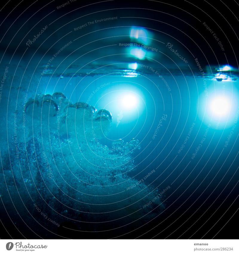 pool blau Wasser dunkel kalt Lampe Luft Schwimmen & Baden Wassertropfen rund Schwimmbad tauchen unten tief Flüssigkeit Wasseroberfläche aufsteigen