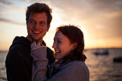 happy end (II) Mensch Frau Himmel Mann Jugendliche Ferien & Urlaub & Reisen Meer Wolken Erwachsene Ferne Junge Frau Leben feminin Gefühle lachen Junger Mann