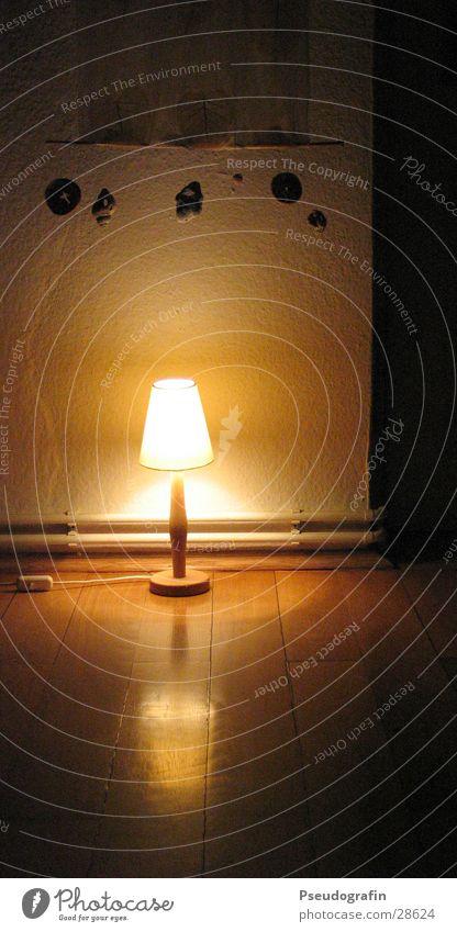 available light Häusliches Leben Wohnung Lampe Raum Wohnzimmer Wärme Dekoration & Verzierung Kitsch Krimskrams dunkel Parkett Gardine Physik Farbfoto