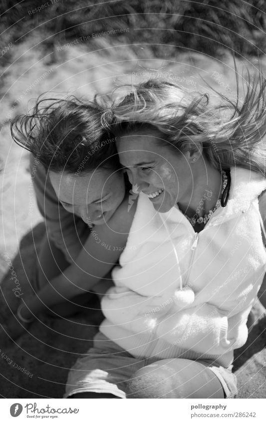 unter Freunden Mensch feminin Junge Frau Jugendliche Erwachsene Freundschaft Leben 2 18-30 Jahre Schönes Wetter Küste Strand Weste Haare & Frisuren langhaarig