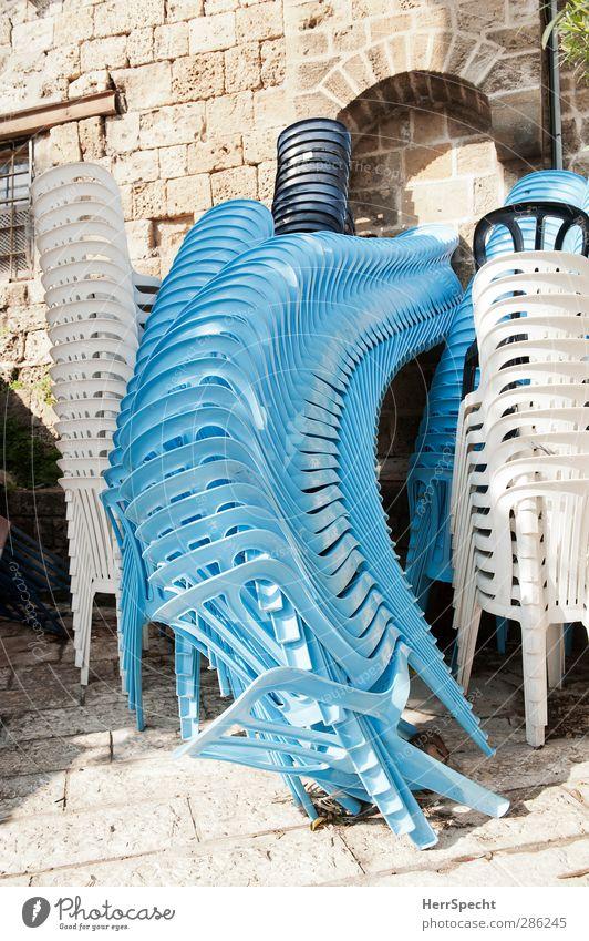 Immer diese Hochstapler! blau weiß Wand lustig Gebäude Mauer Stein verrückt Neigung Stuhl Kunststoff Altstadt Stapel Unfall Misserfolg umfallen