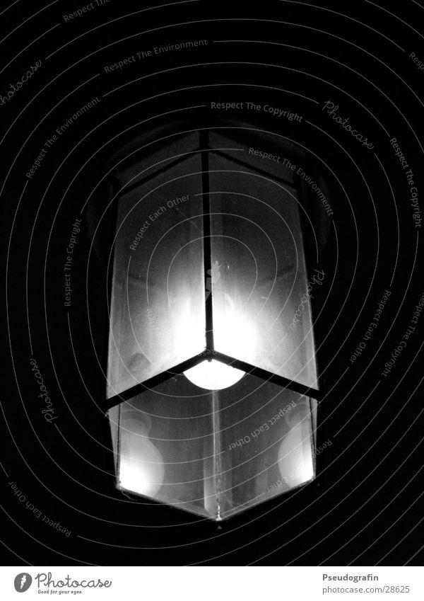 light Häusliches Leben Wohnung Lampe Glas dunkel hell schwarz Glühbirne Schwarzweißfoto Innenaufnahme Menschenleer Nacht Kunstlicht Licht Schatten