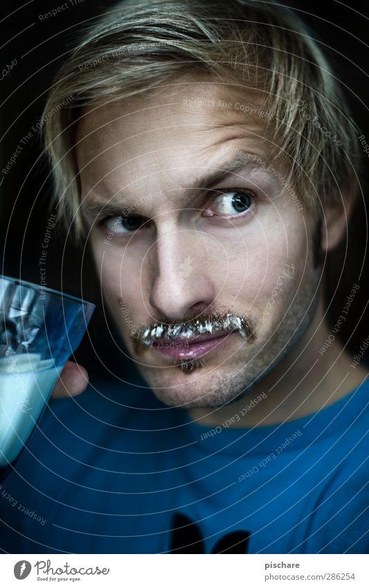 Happy Movember! Milcherzeugnisse Ernährung trinken Gesicht Gesundheit maskulin Mann Erwachsene 30-45 Jahre blond Oberlippenbart Blick Coolness lustig