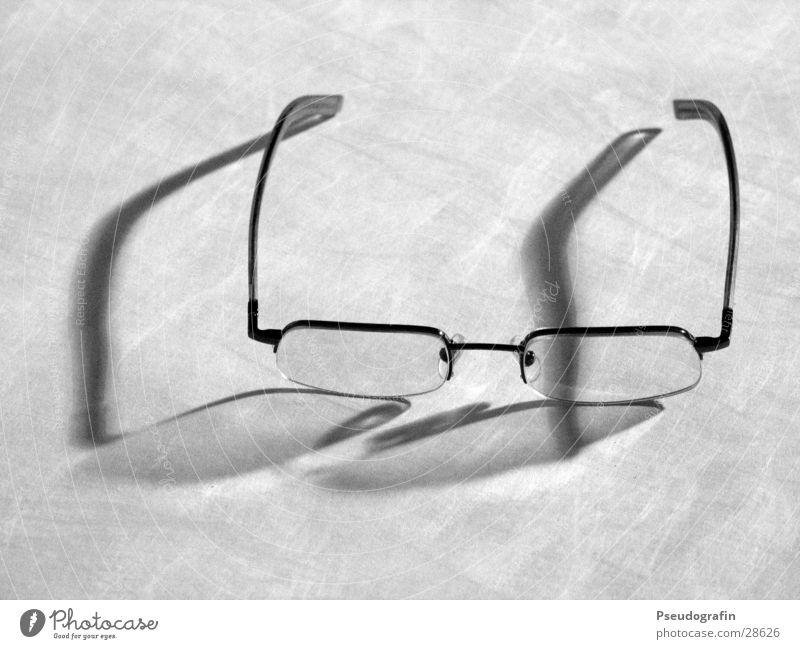 glasses Brille Glas Kunststoff grau Brillengestell Reflexion & Spiegelung Schwarzweißfoto Innenaufnahme Nahaufnahme Hintergrund neutral Abend Kunstlicht